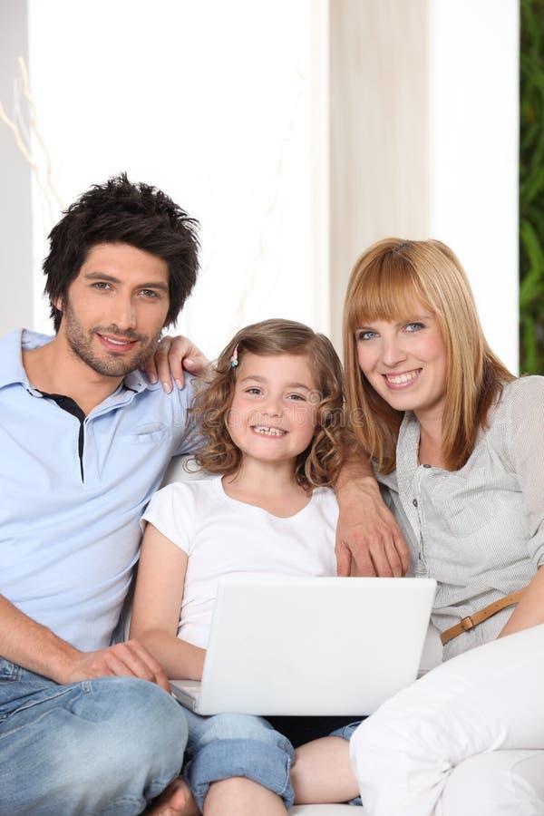 Download Família com um portátil imagem de stock. Imagem de beleza - 26505115