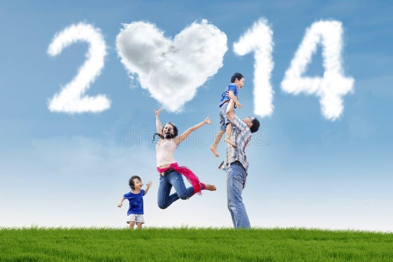 A família comemora o ano novo 2014 na natureza imagem de stock