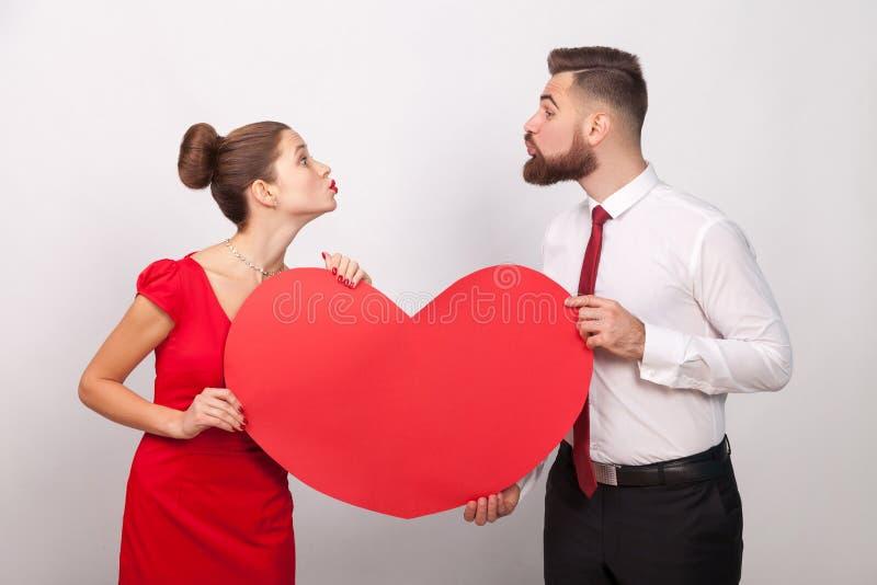 A família comemora o dia do ` s do Valentim, enviando-se o beijo do ar fotografia de stock
