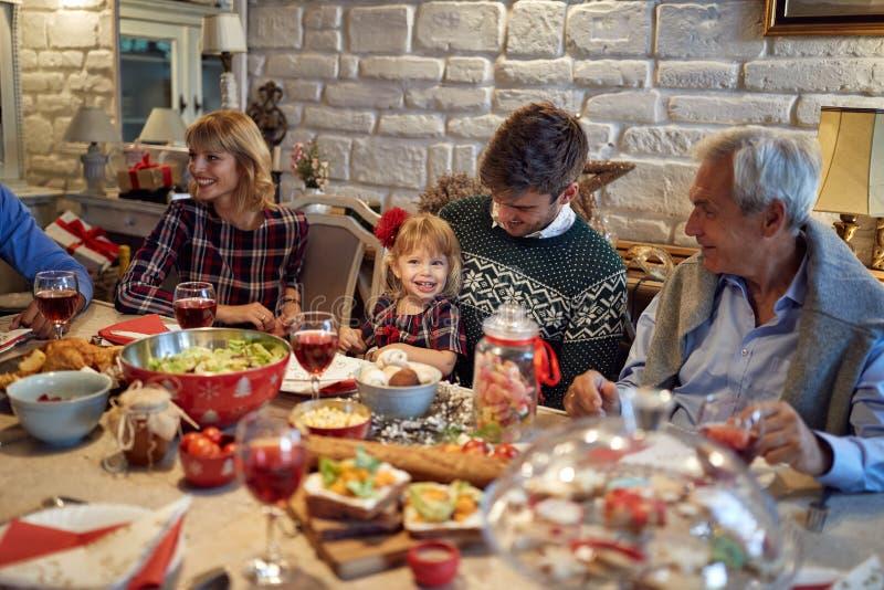 A família comemora o Natal e aprecia-o nos feriados imagens de stock royalty free