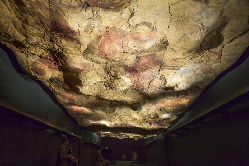 A família contempla a caverna da réplica de Altamira em Archeol nacional imagem de stock
