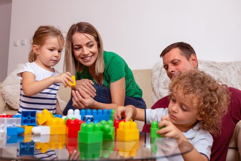 Família, cubo, feliz, pai, novo, unidade, amor, menino, crianças, jogando, divertimento, sorrindo, pai, mãe, criança, pequena, jo imagens de stock royalty free