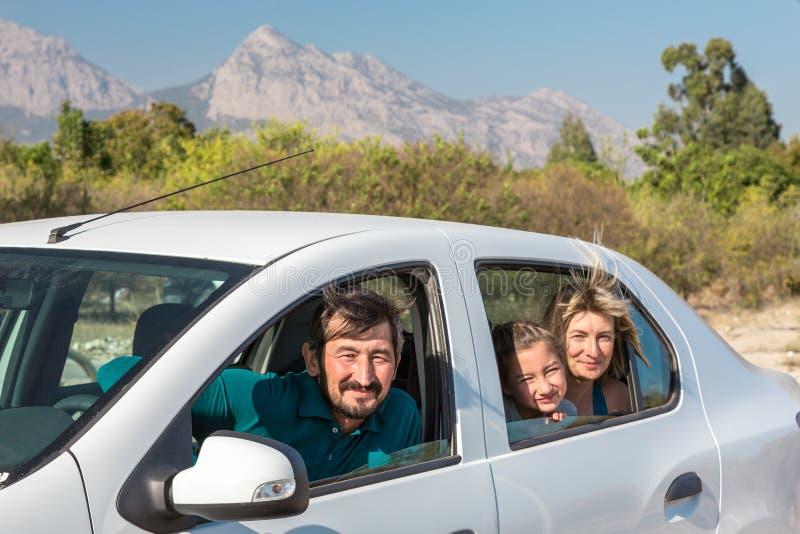 Família da esposa do marido e da filha do bebê que viajam pelo carro imagens de stock