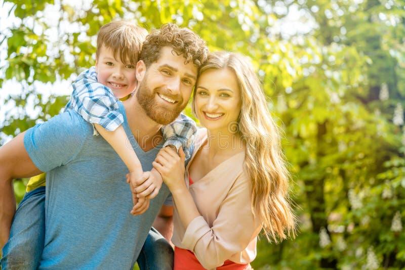 Família da mãe, do pai e do filho no humor brincalhão imagens de stock