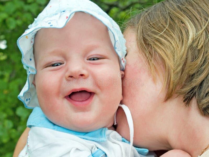 Família da matriz e do bebê ao ar livre imagem de stock