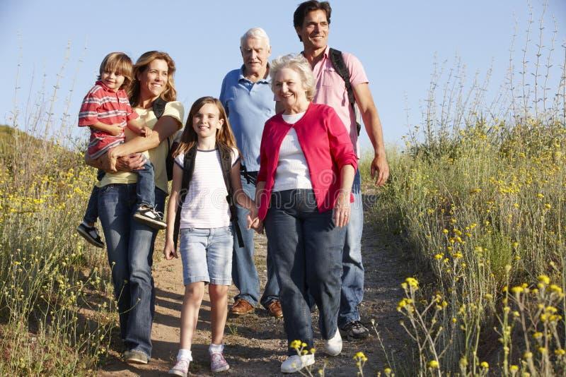 família da Multi-geração na caminhada do país imagem de stock