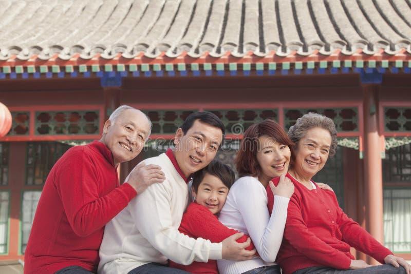 família da Multi-geração no pátio do chinês tradicional fotos de stock royalty free