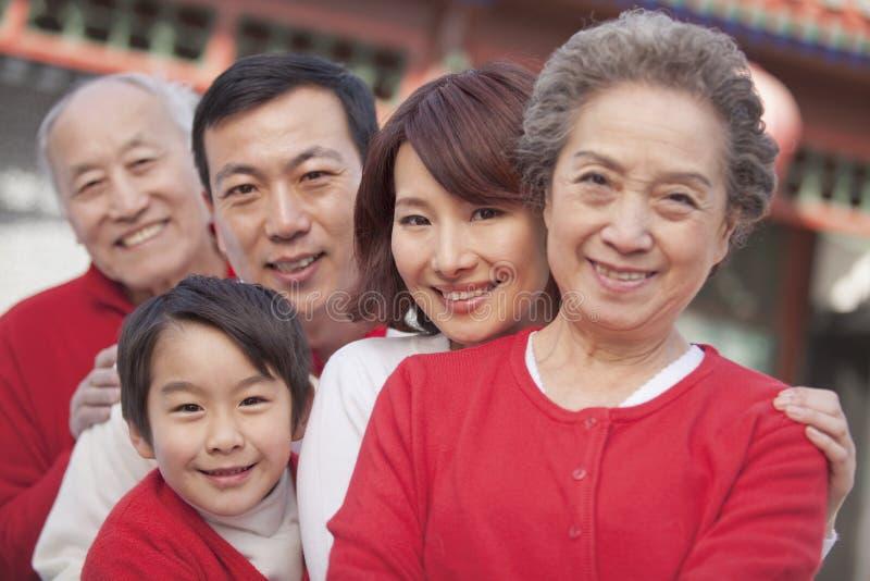família da Multi-geração no pátio do chinês tradicional imagens de stock royalty free