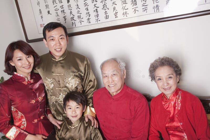 família da Multi-geração no pátio do chinês tradicional foto de stock