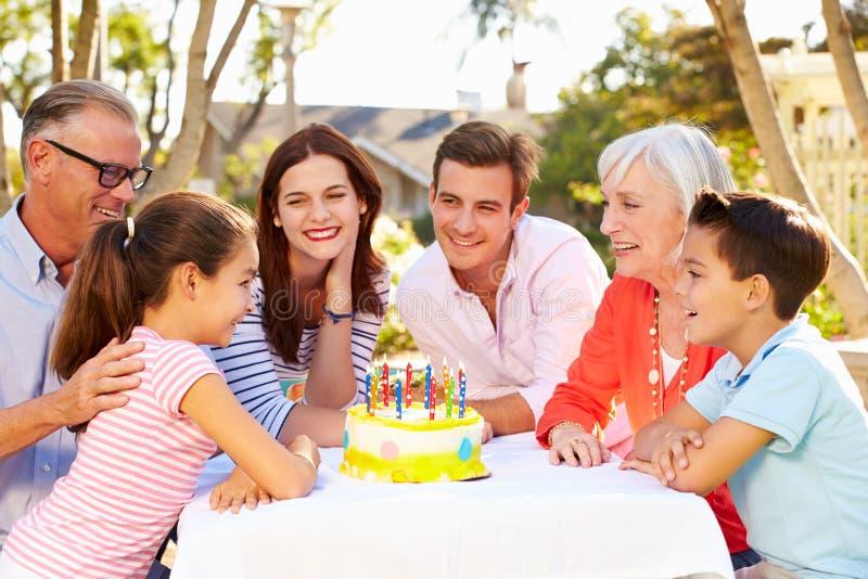 Família da Multi-geração que comemora o aniversário no jardim fotografia de stock