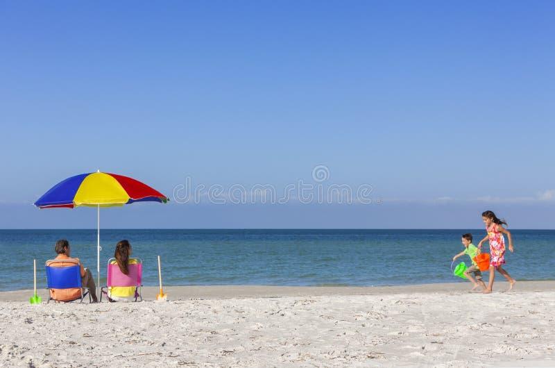 Família das crianças de Daughter Son Parents do pai da mãe na praia imagens de stock royalty free