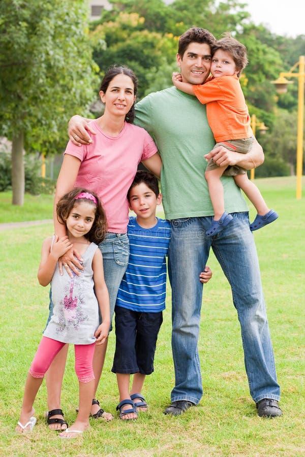 Família de cinco feliz imagem de stock