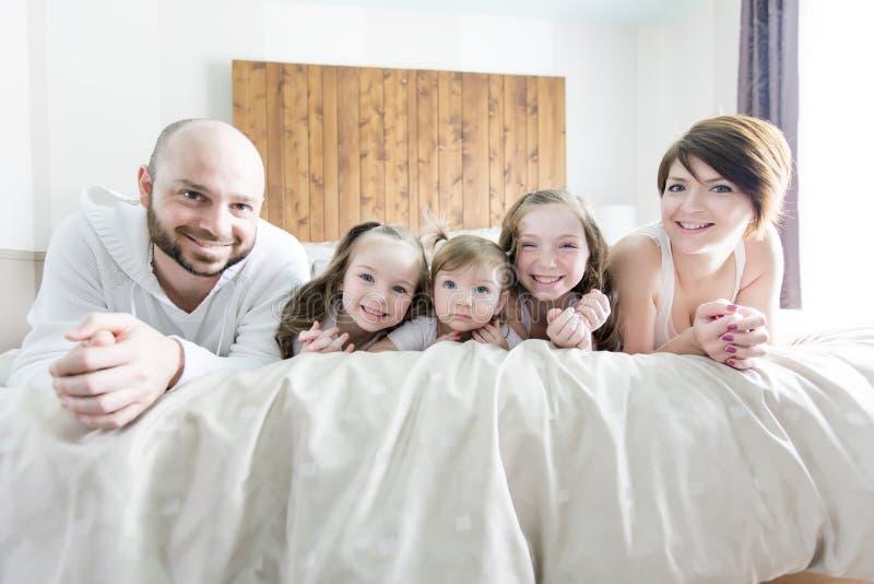 Família de cinco feliz nova no quarto imagens de stock