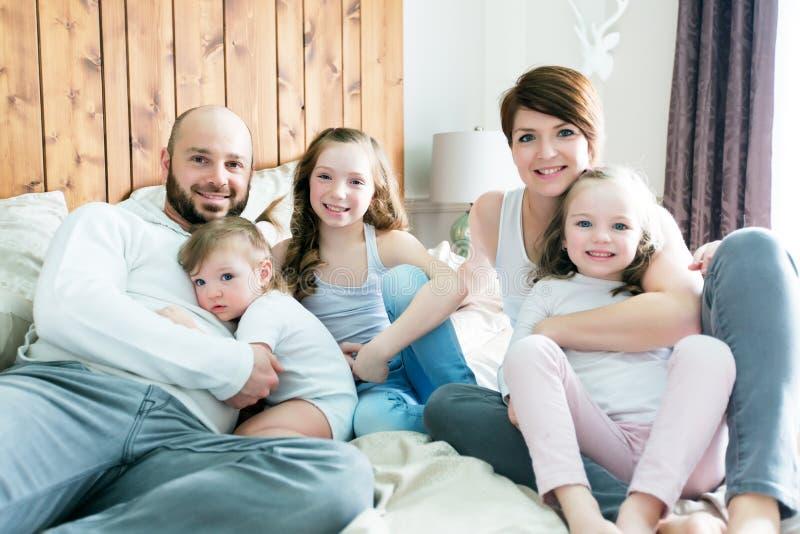 Família de cinco feliz nova no quarto fotos de stock