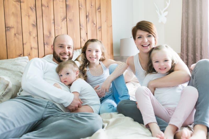 Família de cinco feliz nova no quarto fotografia de stock