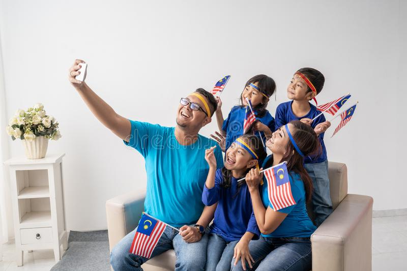 A família de Malásia com crianças toma o selfie fotografia de stock