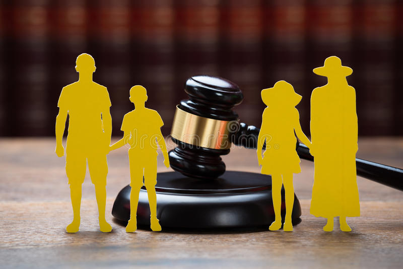 Família de papel com Mallet On Table In Courtroom fotografia de stock royalty free