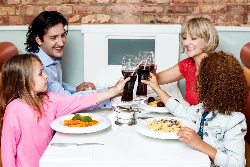 Família de quatro pessoas alegre que comemora, elogios! imagens de stock royalty free