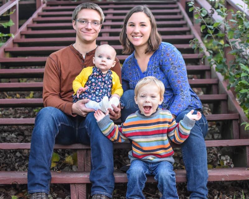 Família de quatro pessoas em escadas fotos de stock