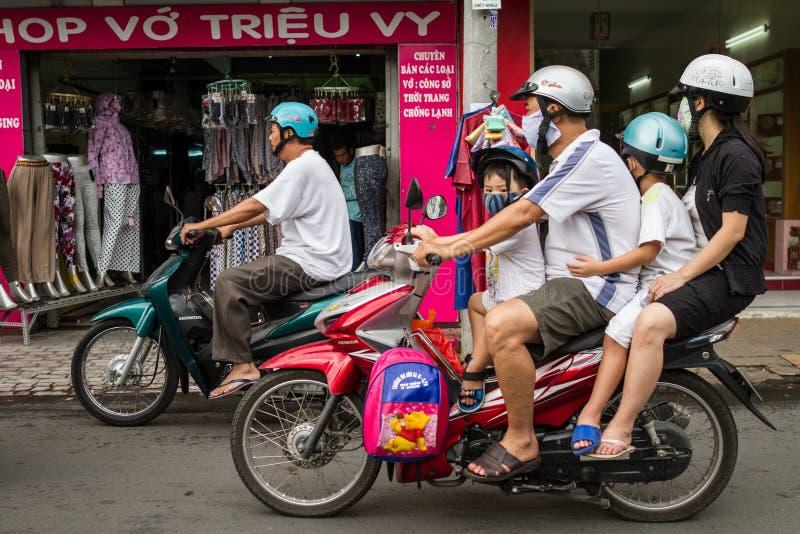 Família de quatro pessoas em um velomotor fotos de stock