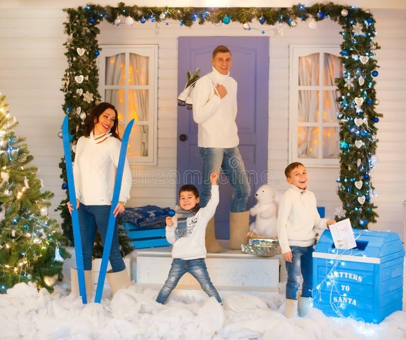 Família de quatro pessoas europeia em decorações do Natal imagem de stock royalty free