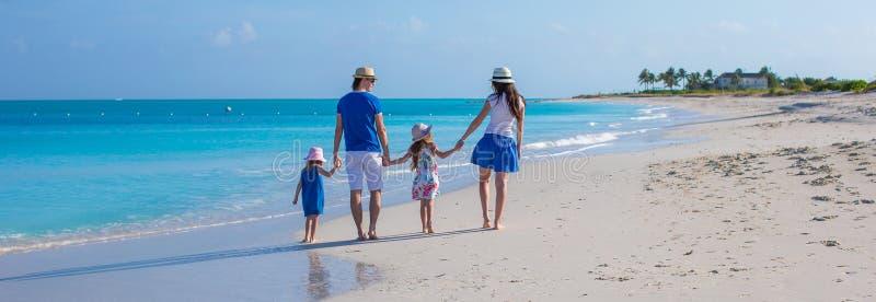 Família de quatro pessoas feliz em férias da praia fotos de stock royalty free