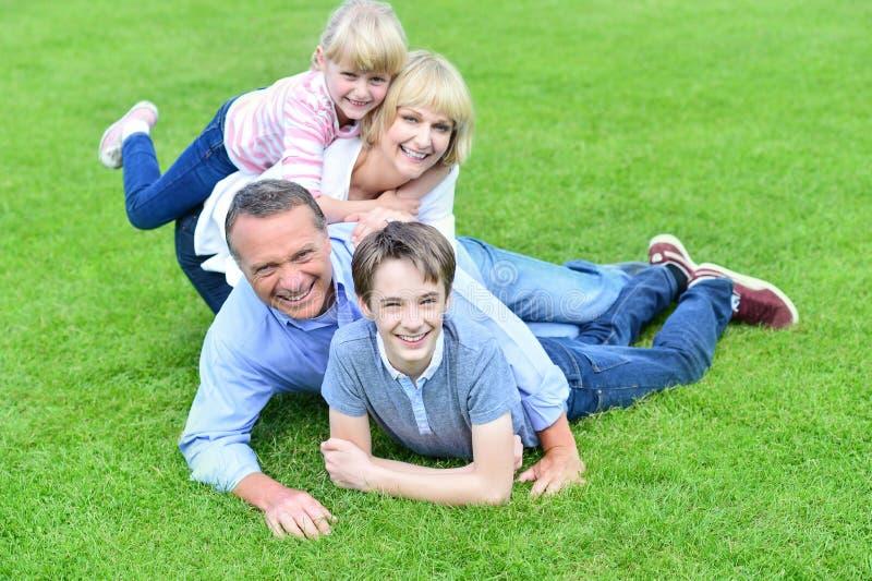 Família de quatro pessoas que tem o divertimento fora fotos de stock