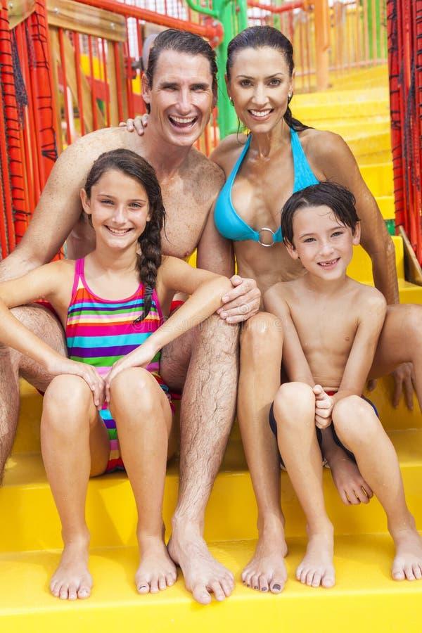 Família de Son Daughter Child do pai da mãe no parque da água imagens de stock royalty free