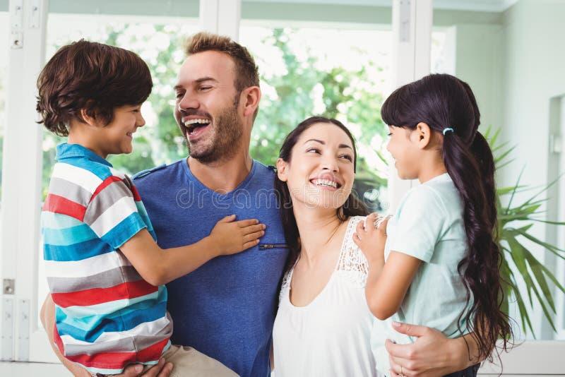 Família de sorriso com os pais que levam crianças imagens de stock