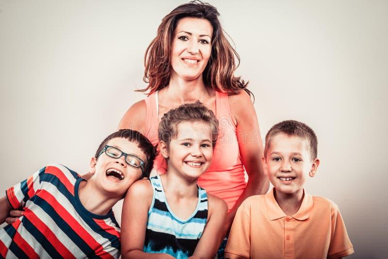 A família de sorriso feliz caçoa a menina e os meninos imagem de stock royalty free