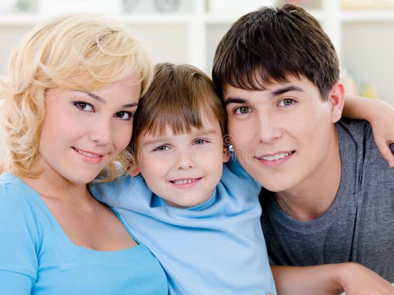 Família de sorriso feliz com filho imagens de stock royalty free