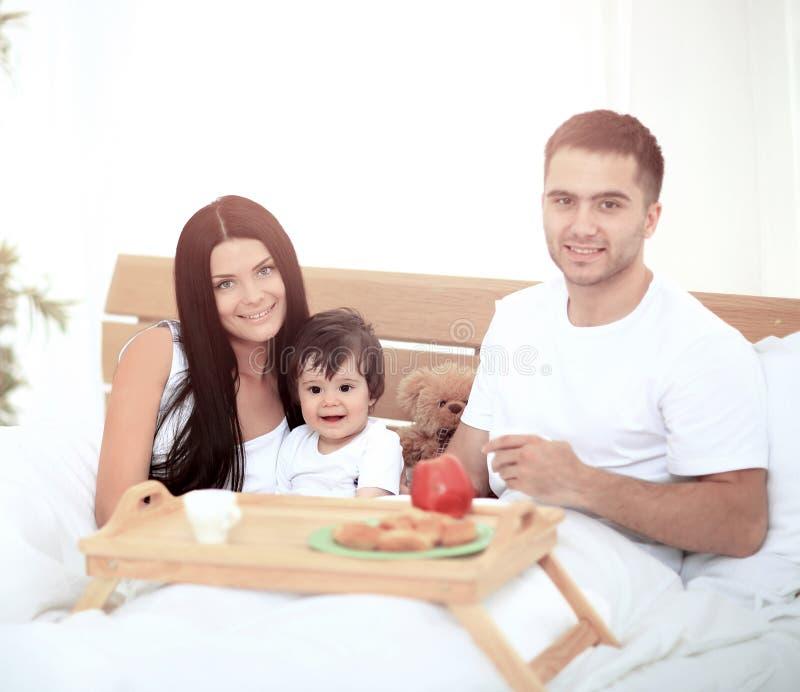 Família de sorriso que come o pequeno almoço fotos de stock royalty free