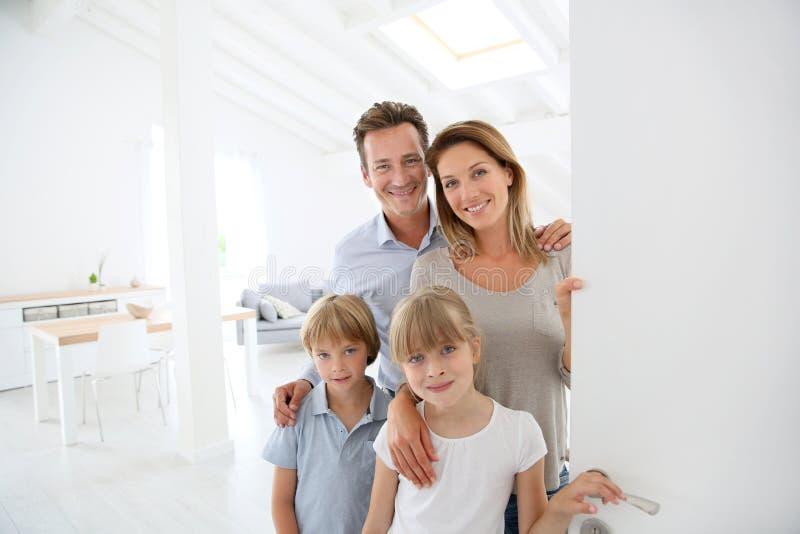 Família de sorriso que dá boas-vindas a convidados foto de stock royalty free