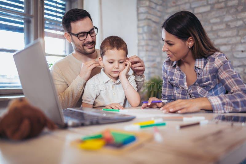 Família de sorriso que desenha junto fotos de stock royalty free