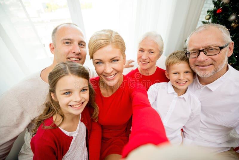 Família de sorriso que faz o selfie em casa imagem de stock royalty free