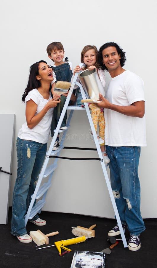 Download Família De Sorriso Que Pinta Um Quarto Foto de Stock - Imagem de home, escova: 12809690