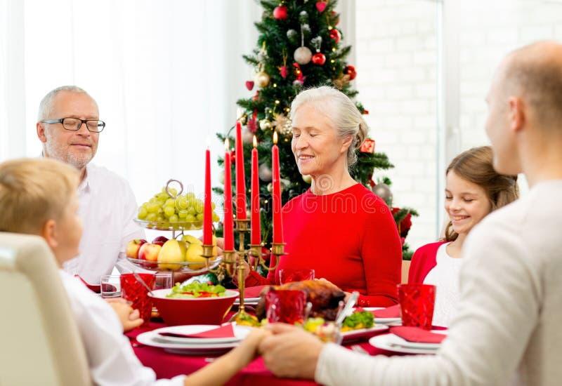 Família de sorriso que tem o jantar do feriado em casa fotografia de stock