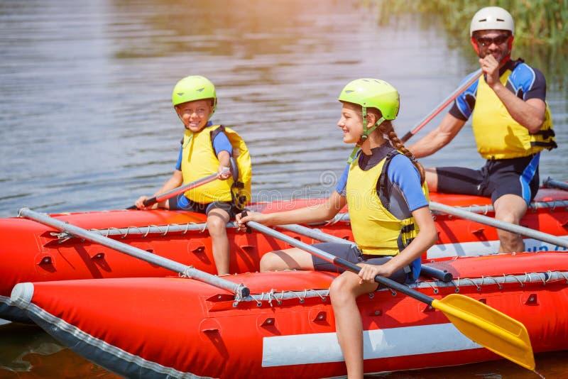 Família de três feliz no catamarã fotos de stock