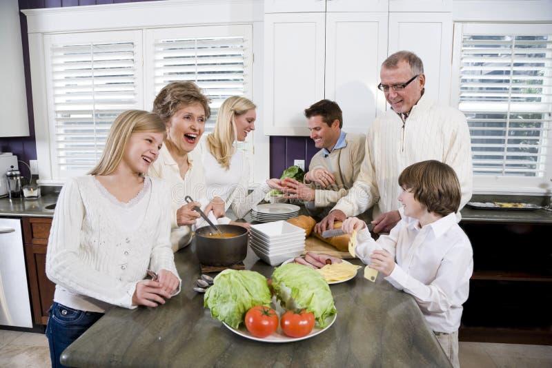 Família de três gerações na cozinha que cozinha o almoço fotos de stock