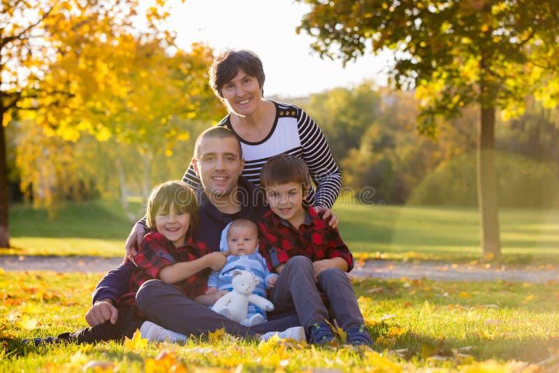Família de três gerações que joga no parque, tendo o aut do retrato fotos de stock