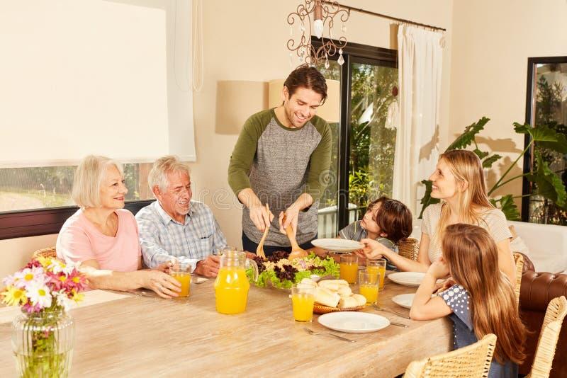 Família de três gerações que tem o almoço fotos de stock