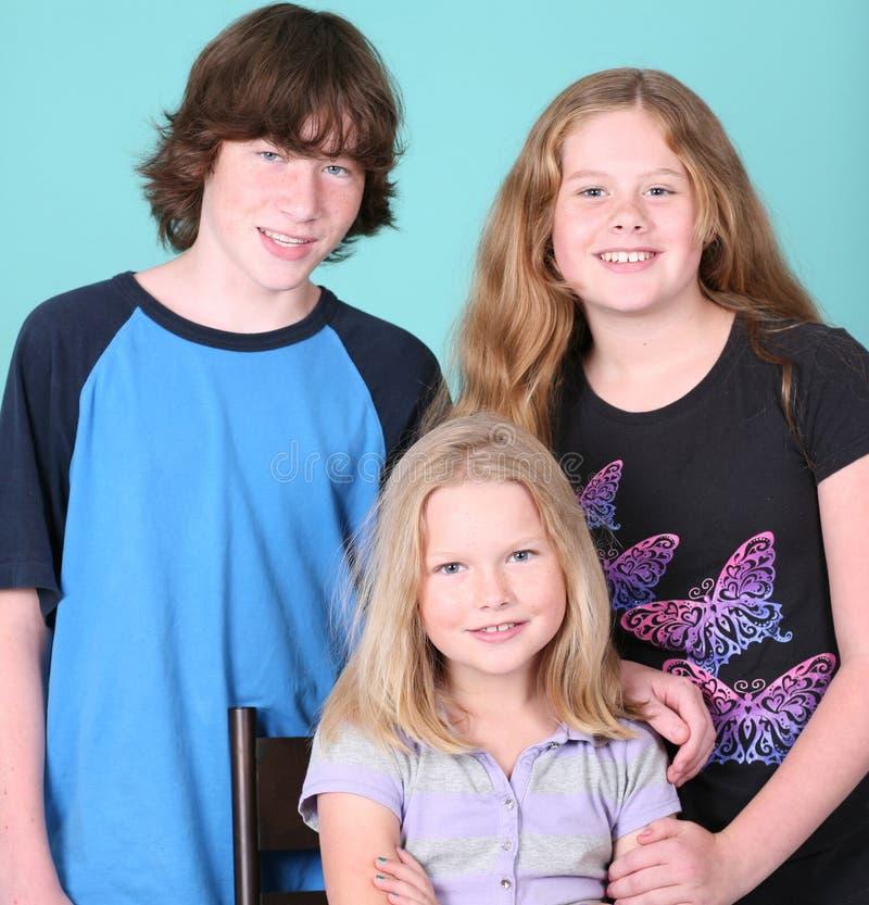 Família de três miúdos imagem de stock