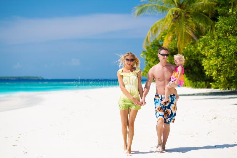 Família de três que têm férias tropicais em Maldivas foto de stock