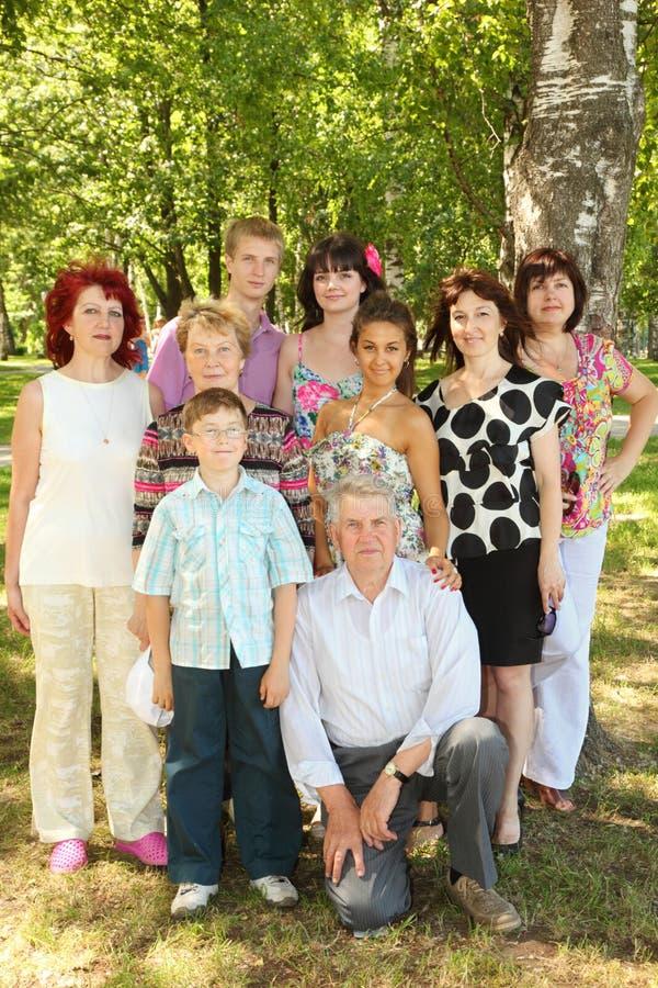 Família de um pose de nove povos no parque fotografia de stock royalty free