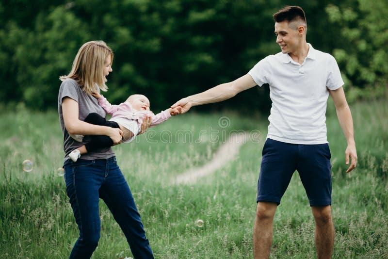 Família descuidada feliz que joga fora fotografia de stock