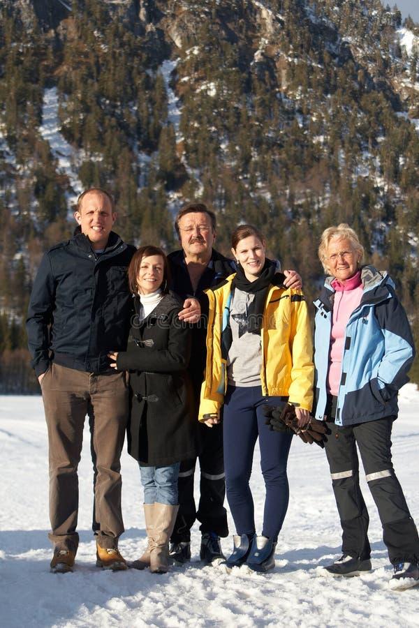 Família desportiva do inverno foto de stock