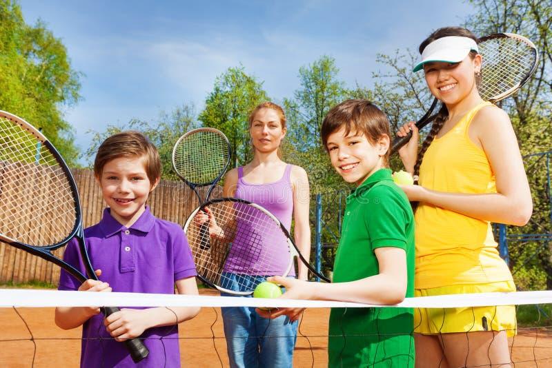 Família desportivo feliz com fato do tênis imagem de stock royalty free