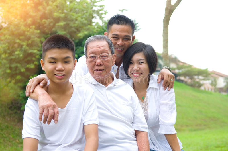 Família do asiático da Multi-geração imagens de stock