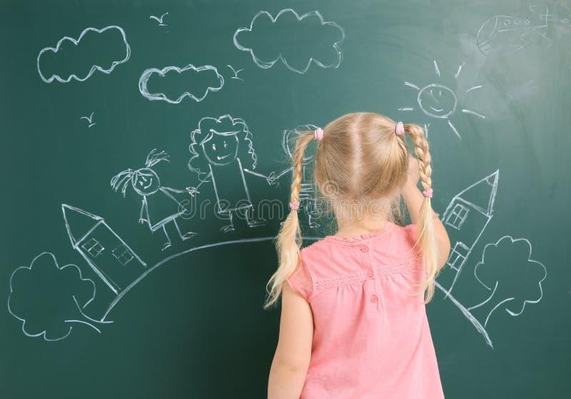 Família do desenho da criança pequena com giz branco foto de stock royalty free
