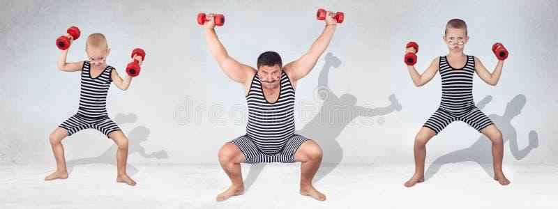 Família do homem forte O pai de dois filhos no traje do vintage dos atletas executa exercícios da força para levantar pesos Olhar imagens de stock
